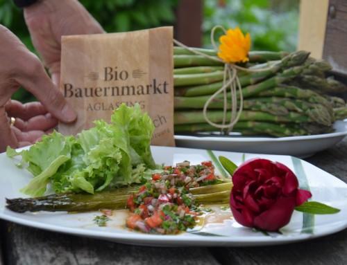 Grüner Spargel mit Balsamico-Vinaigrette und Frühlingssalat